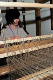 Tkaczka przy krośnie tkackim w Muzeum Kultury Ludowej Pomorza w Swołowie (2)