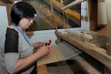 Tkaczka przy krośnie tkackim w Muzeum Kultury Ludowej Pomorza w Swołowie (5)