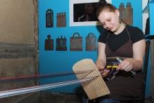 Tkaczka przy deseczce tkackiej w Muzeum Kultury Ludowej Pomorza w Swołowie (1)