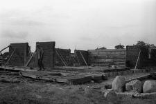 Budowa przeniesionej z Pogódek chaty K. Gdańca - Wdzydze