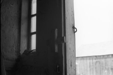 Zasuwa drewniana przy drzwiach chałupy szkieletowej - Szczodrowo