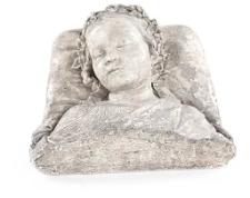 Rzeźba śpiącej dziewczynki (fragment nagrobka?)