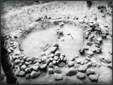 Jabłończ Wielki, stanowisko 1. Kurhan 2 (wczesnośredniowieczny). Widok na krąg i szkielet