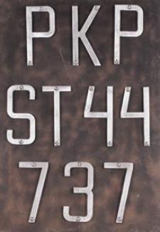 Tablica z numerem lokomotywy ST 44 737