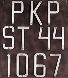 Tablica z numerem lokomotywy ST 44 1067