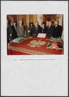 Kartka z albumu - Zamek Królewski - przekazanie Insygniów Prezydenckich