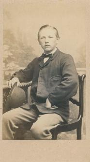 Zdjęcie młodzieńca - portret siedzący
