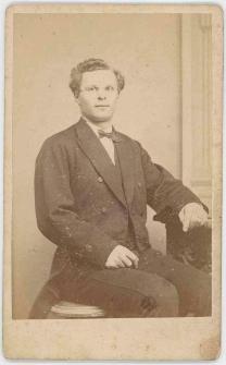 Zdjęcie mężczyzny - portret siedzący