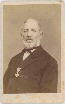Zdjęcie starszego mężczyzny z medalem - półpostać