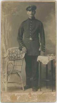 Zdjęcie mężczyzny, żołnierza - portret całopostaciowy