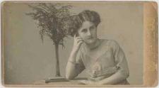 Zdjęcie kobiety - półpostać, portret siedzący