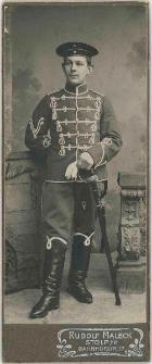Zdjęcie mężczyzny, żołnierza w mundurze 5. Regimentu Huzarów w Słupsku - portret całosylwetkowy
