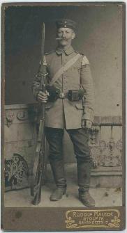 Zdjęcie mężczyzny, żołnierza w mundurze - portret całosylwetkowy