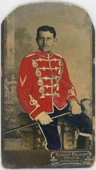 Zdjęcie mężczyzny, żołnierza w mundurze 5. Regimentu Huzarów w Słupsku - portret siedzący