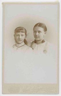 Zdjęcie dwóch młodych kobiet - popiersie