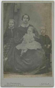 Zdjęcie kobiety z trójką dzieci - portret całopostaciowy