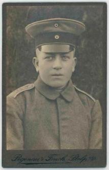 Zdjęcie mężczyzny w mundurze wojskowym - popiersie