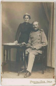 Zdjęcie małżeństwa, mężczyzna w mundurze - portret całopostaciowy