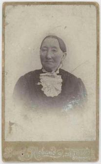 Zdjęcie starszej kobiety - popiersie