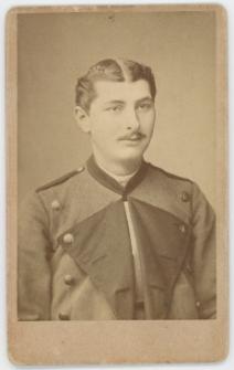 Zdjęcie mężczyzny w mundurze - popiersie
