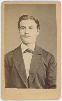Zdjęcie mężczyzny - popiersie