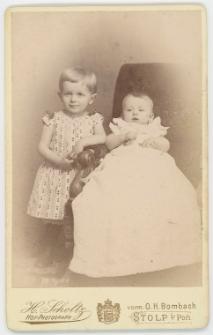 Zdjęcie dwojga małych dzieci - portret całopostaciowy