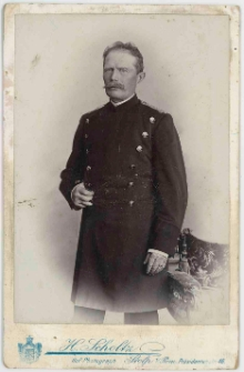 Zdjęcie mężczyzny w mundurze - portret do kolan