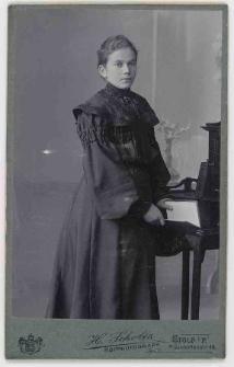 Zdjęcie młodej kobiety - portret do kolan