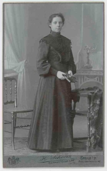 Zdjęcie młodej kobiety - portret całopostaciowy