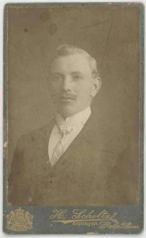 Zdjęcie młodego mężczyzny - popiersie