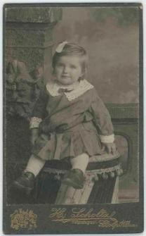 Zdjęcie małej dziewczynki - portret siedzący