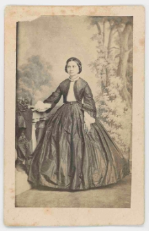Zdjęcie kobiety - portret całopostaciowy