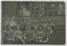 Zdjęcie grupy dwudziestu jeden mężczyzn, żołnierzy 5. Regimentu Huzarów w Słupsku