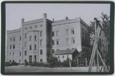 Budynek ówczesnego gimnazjum, widziany od tyłu, dziś I Liceum Ogólnokształcące przy ul. Szarych Szeregów