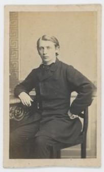 Zdjęcie młodego mężczyzny - portret siedzący