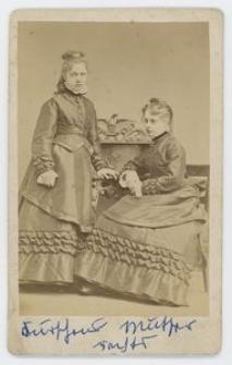 Zdjęcie dwóch młodych kobiet - portret całopostaciowy