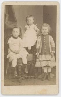 Zdjęcie trzech dziewczynek - portret całopostaciowy