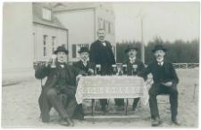 Mężczyźni przy stole